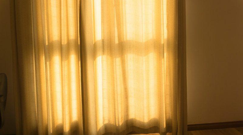 Záclony a garnýže vybírejte podle stylu bydlení